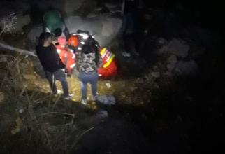 Trei bărbați au căzut într-o râpă, când traversau o punte care s-a prăbușit în Suceava  - Sursa ISU Suceava
