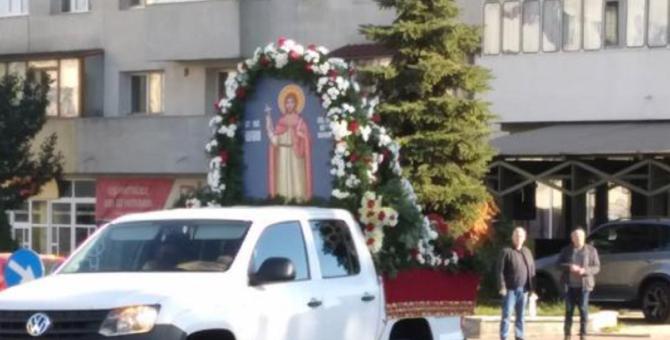 Autoritățile au scos moaștele Sfântului Ioan cel Nou de la Suceava pe străzi pentru a lupta împotriva pandemiei Covid-19. FOTO: captură monitorulsv.ro