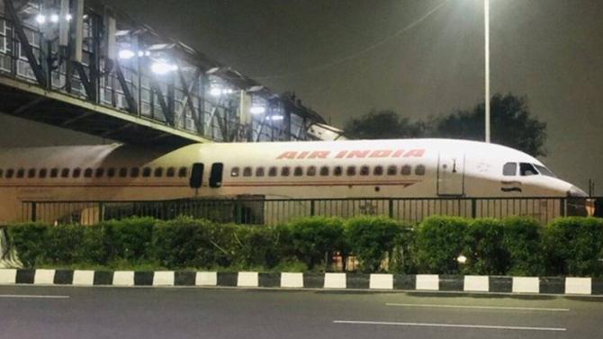 Indienii au tras o sperietură zdravănă, după ce au văzut un avion parcat printre mașini