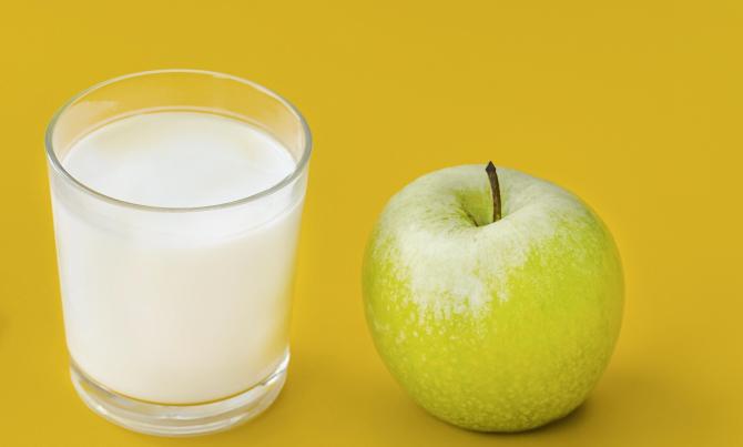 Faceți un piure din măr și lapte. Aplicați amestecul pe ochi. Rezultat fantastic!