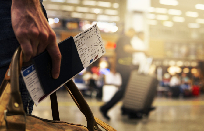 Intră în vigoare paşaportul obligatoriu pentru europenii care merg în Marea Britanie. Cine va putea să utilizeze cartea de identitate