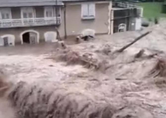 Inundații de proporții în Italia și Franța. Apa a acoperit cu drumurile și a luat pe sus mașinile