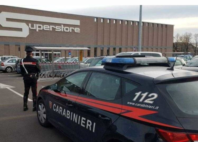 Italia. O româncă a golit raftul cu cosmetice. A pus în geantă produse de o mie de euro, dar a fost prinsă
