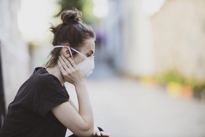 Masca de protecție devine obligatorie pe stradă în unele localități