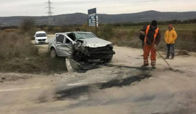 Mașină, aflată în depășire, spulberată de un TIR, la Avrig. Un bărbat a ajuns la spital