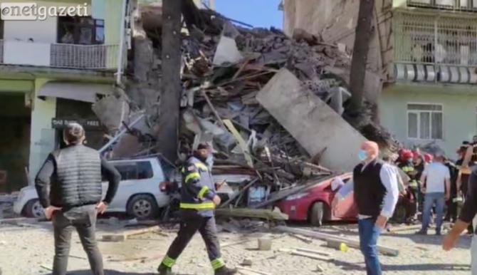 O clădire cu cinci etaje s-a prăbușit. Doi copii, dintre care un nou născut, scoși de dărâmături