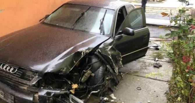 O familie de români s-a trezit cu o mașină distrusă în curte. Șoferul a dispărut cu plăcuțele de înmatriculare. Sursa - opiniatimisoarei.ro