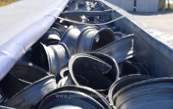 O firmă din Italia și-a trimis gunoiul în România. Camion, plin cu tone de deşeuri, oprit în vama Giurgiu