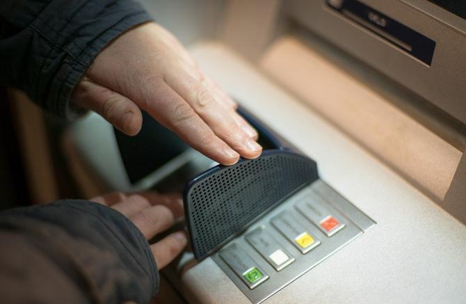 Un român din Italia a jefuit un ofițer de credite