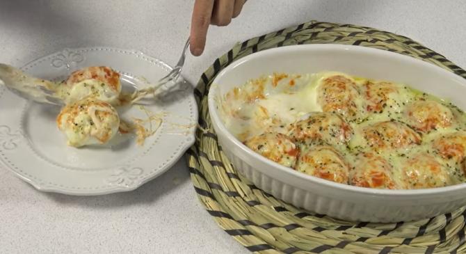 Ouă umplute cu carne tocată la cuptor. O rețetă cremoasă și delicioasă, ideală pentru un prânz rapid. FOTO: captură video YouTube @Anna recetasfaciles