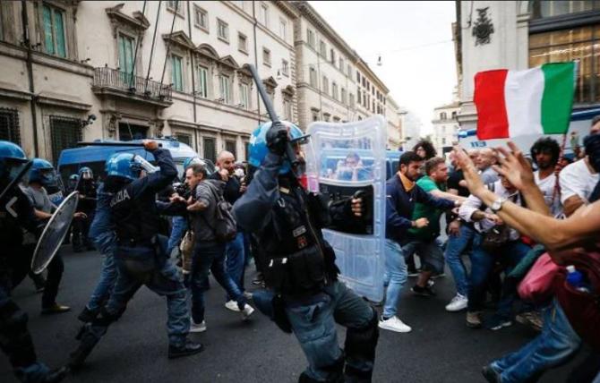 Proteste violente la Roma, pentru anularea Green Pass-ului. Tensiuni și ciocniri dintre demonstranți și polițiști. Prim-ministrul face apel la calm