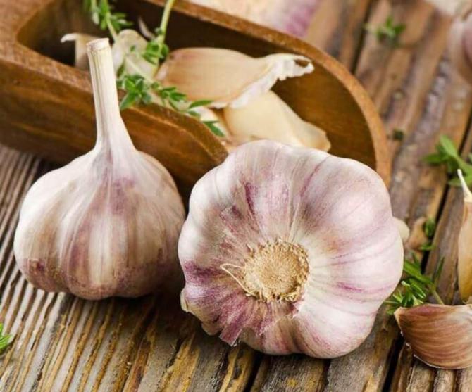 Rețetă miraculoasă împotriva osteohondrozei și a artritei. Aveți nevoie neapărat de usturoi și ulei