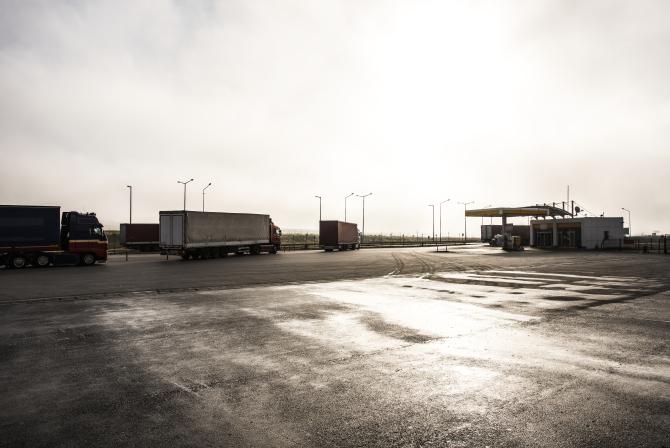 """Șoferi români de TIR, folosiți ca mijloc de transport pentru migranți: """"Cea mai periculoasă contrabandă"""". Detalii din ancheta germano-română"""