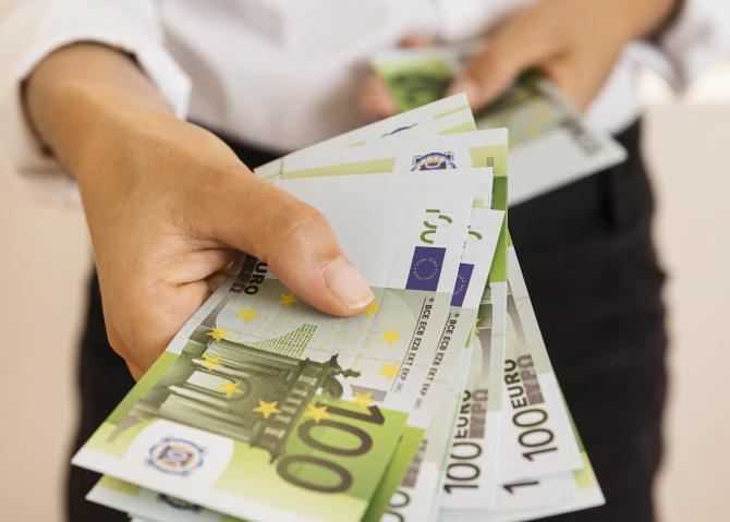 Tinerii din Spaniia vor primi 400 de euro
