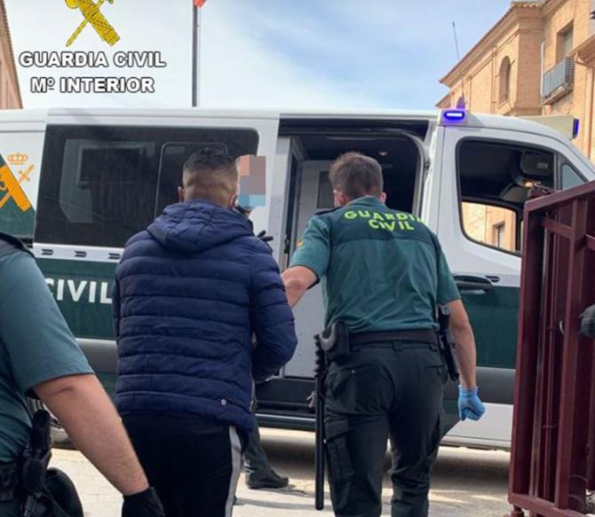 Spania. Patru români au jefuit o cramă. Bărbații au sustras mai multe sticle de vin și un telefon mobil