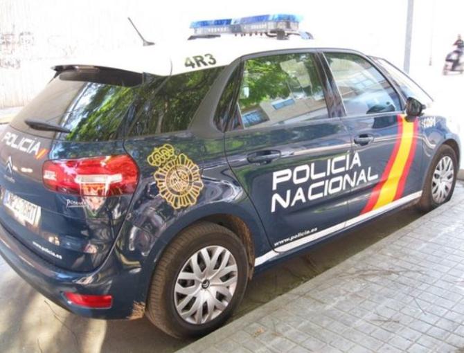 Spania. Un român înarmat a jefuit un magazin. Hoțul l-a amenințat pe proprietar și a fugit cu o pungă plină cu bani