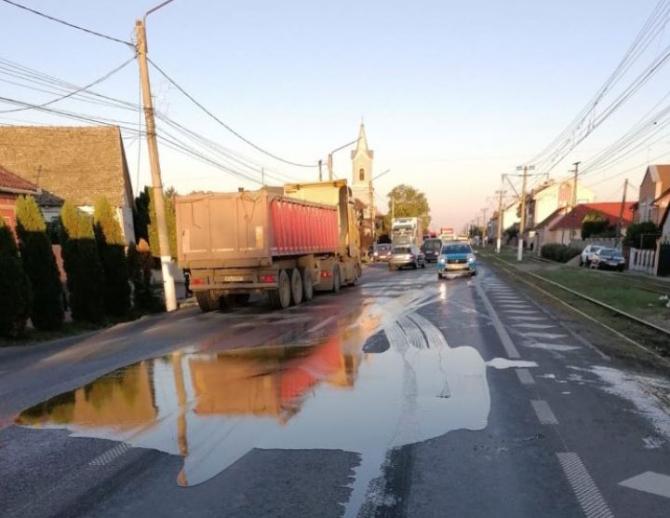 Un autocamion, încărcat cu miere, s-a răsturnat în județul Arad. Încărcătura dulce s-a scurs pe carosabil