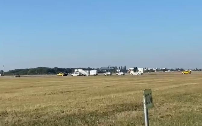 Un avion a aterizat de urgență pe Otopeni. Echipajele au intervenit rapid. FOTO: captură video Boardingpass.ro