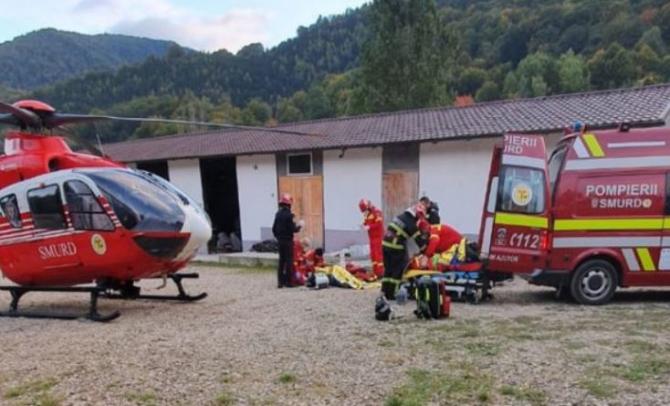 Un mort şi doi răniţi, după ce tractoraşul în care se aflau a căzut de pe o punte de lemn, care s-a rupt