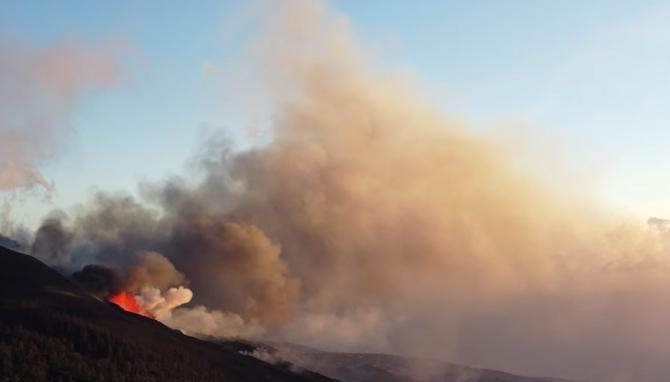Zboruri perturbate în Tenerife: Norul de cenuşă emanat de vulcanul Cumbre Vieja a înrăutățit condițiile traficului aerian. FOTO: captură YouTube @Marc -Volcano- Szeglat
