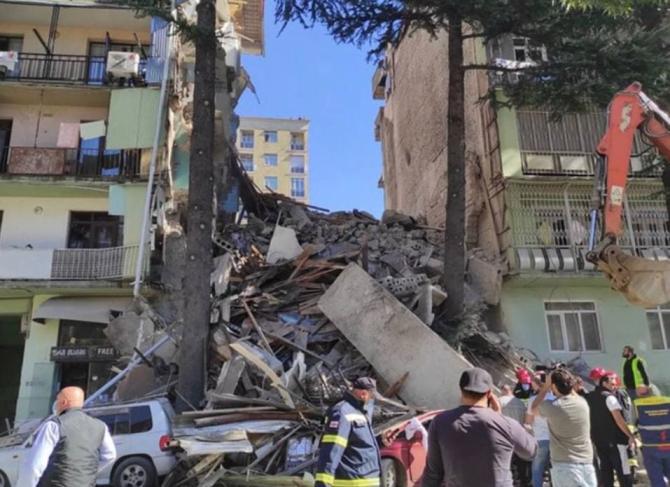 Zi de doliu național. Oamenii caută supraviețuitori printre dărâmăturile unei clădirii de cinci etaje, care s-a prăbușit în Georgia